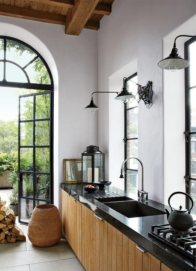 1. Những căn bếp lắp của kính tươi sáng với phong cách hiện đại luôn có sức lôi cuốn mãnh liệt với chị em.