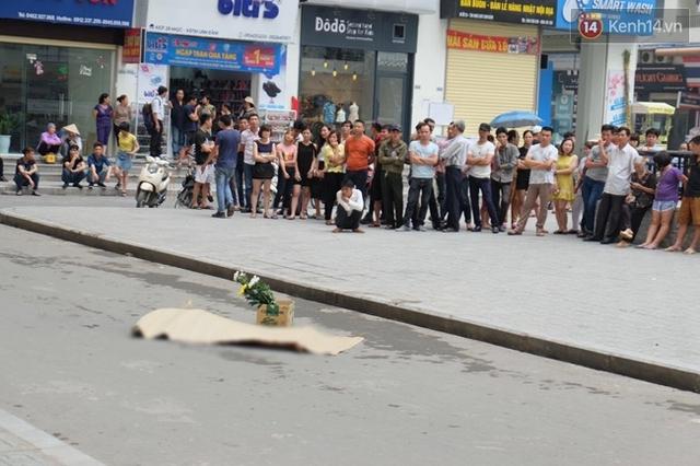 Cô gái rơi xuống đất tử vong tại chỗ. Ảnh: Định Nguyễn