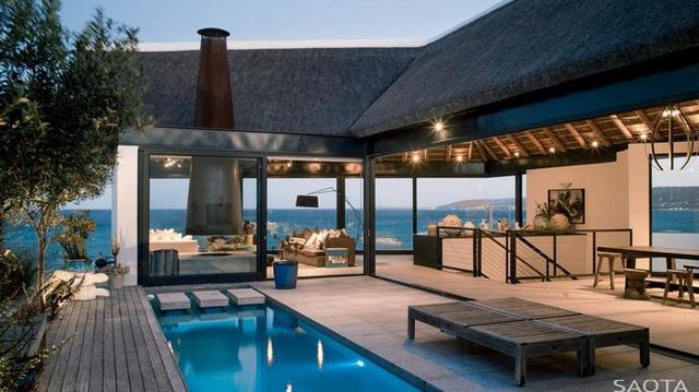 Ngôi nhà có tên là Silber Bay này là một thiết kế khá mát mẻ và giản dị trên bờ biển phía Tây của Nam Phi. Đó là một nhà nghỉ được thiết kế bởi hai kiến trúc sư Sao Ta và Antoni Associates.