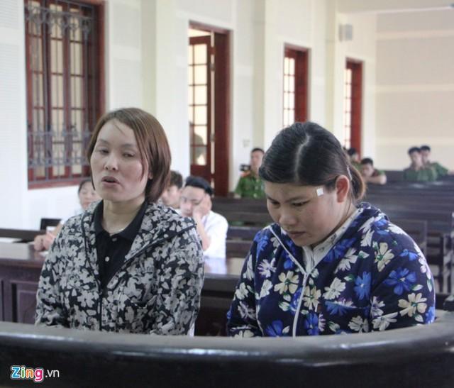 Bị cáo Lê và Thủy tại phiên tòa (từ trái sang). Ảnh: Phạm Hòa.