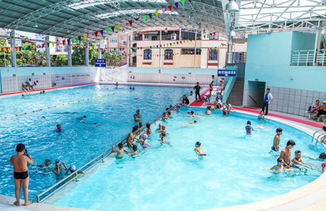 Cho trẻ đi bơi ở bể bơi có khu vực dành cho trẻ em được ngăn rẽ riêng biệt và có rào chắn.