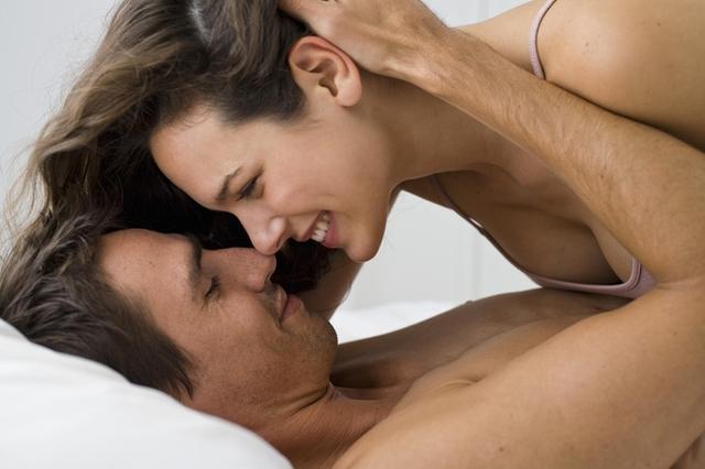 Một nghiên cứu đã tiết lộ rằng những người có tần suất quan hệ hơn 4 lần/tuần sẽ kiếm nhiều tiền hơn so với những người không được yêu nhiều (Ảnh: Internet)