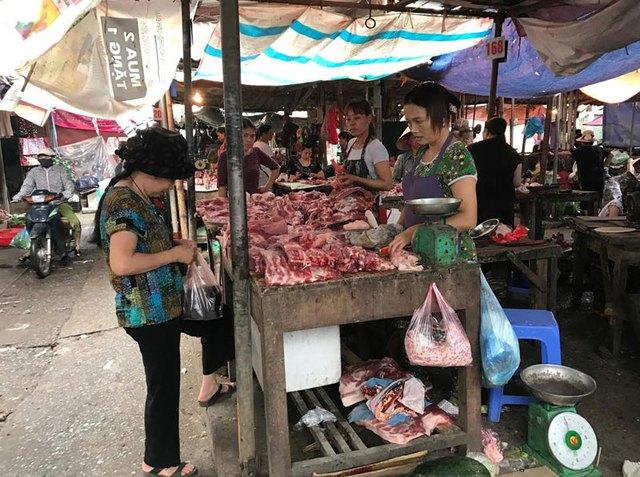 """Cùng tại chợ Đại Từ, nửa chợ trên bán thịt lợn với giá từ 55.000-70.000 đồng/kg tùy loại Nếu đi chợ buổi chiều, các bà nội trợ cũng chẳng bao giờ thấy được sự lạ ở đây. Thế nhưng, nếu có thời gian đi vào buổi sáng, lướt qua hết các hàng bán thực phẩm thì sẽ """"mặt chữ o, miệng chữ a"""". Bởi, cùng buôn bán ở chợ Đại Từ, nhưng giá các mặt hàng thực phẩm ở nửa chợ trên thường được tiểu thương bán rẻ chỉ bằng 2/3, thậm chí rẻ bằng 1/2 so với nửa chợ dưới.Đơn cử, ở nửa chợ trên, giá thịt ba chỉ là 60.000 đồng/kg, sườn 70.000 đồng/kg, vai sấn 55.000 đồng/kg,... thì ở nửa chợ dưới, giá ba chỉ là 80.000 đồng/kg, sườn 100.000 đồng/kg, vai sấn 80.000 đồng/kg. Hay như thịt bò, bắp bò nửa chợ trên bán 250.000 đồng/kg thì nửa chợ dưới bán tới 300.000 đồng/kg.Tương tự, với các mặt hàng hoa quả, hải sản, thịt gia cầm, giá ở nửa chợ trên thường bán rẻ hơn nửa chợ dưới từ 10.000-30.000 đồng/kg, tùy loại.Sở dĩ, người dân cũng như tiểu thương tại ngôi chợ này gọi """"nửa chợ trên"""" và """"nửa chợ dưới"""" là bởi, nền chợ không bằng phẳng, nửa chợ trên có nền cao hơn nửa chợ dưới. Chính từ sự khác nhau của nền chợ ấy mà giá bán của các mặt hàng tại ngôi chợ cũng không giống nhau.Còn nửa chợ dưới giá thịt lợn dao động ở mức 80.000-100.000 đồng/kg tùy loạiVừa bảo chủ sạp ở nửa chợ trên bán cho 5 lạng thịt ba chỉ, bà Nguyễn Thùy Dương nhà ở phố Đại Từ, chia sẻ: """"Thịt ba chỉ này giá 60.000 đồng/kg, mua 5 lạng hết đúng 30.000 đồng. Nhưng đây là mua ở những hàng trên này thôi, chứ tôi chỉ cần bước xuống những hàng thịt dưới kia, khoảng cách chưa đầy chục mét, đã phải mua với giá 80.000 đồng/kg"""".Bà Dương kể, khi mới về đây sinh sống, mỗi lần đi chợ cứ tiện phi xe vào khu bên dưới mua thực phẩm với giá cả khá đắt đỏ. Sau một thời gian, dịp cuối tuần rảnh rỗi, bà đi chợ buổi sáng, lượn hết một vòng chợ xem hàng hóa thực phẩm tươi ngon thì phát hiện ra, giá thực phẩm ở nửa chợ trên có giá rẻ hơn nửa chợ dưới rất nhiều.""""Ban đầu tôi sinh nghi và nghĩ, hay là hàng ôi thiu, hàng kém chất lượng nên giá mới rẻ vậy?"""