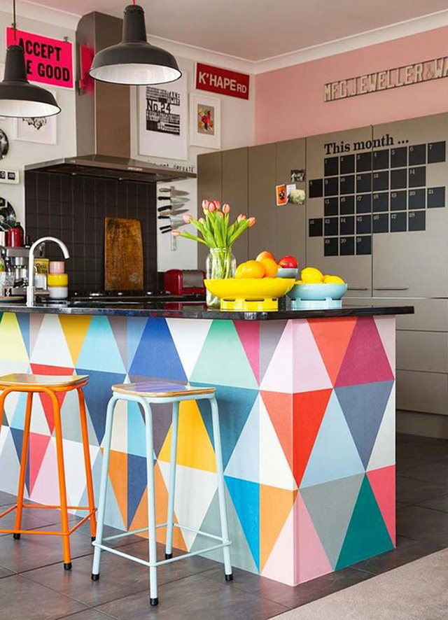 Sơn đảo bếp của bạn bằng những hình tam giác màu sắc để tạo điểm nhấn ngay từ khi bước vào phòng.