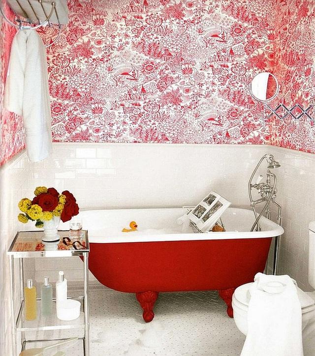 1. Màu đỏ rực rỡ được sử dụng khiến phòng tắm nổi bần bật. Sự pha trộn giữa 2 tông màu đỏ và trắng càng làm điều này trở nên rõ nét, gây ấn tượng mạnh với thị giác của người nhìn. Bó hoa đặt trên kệ chứa dầu gội, xà phòng tắm… càng làm không gian phòng tắm trở nên vô cùng sống động.