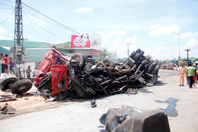 Chiếc xe tải bị hư hỏng nặng sau vụ tai nạn. Ảnh: Minh Quý.