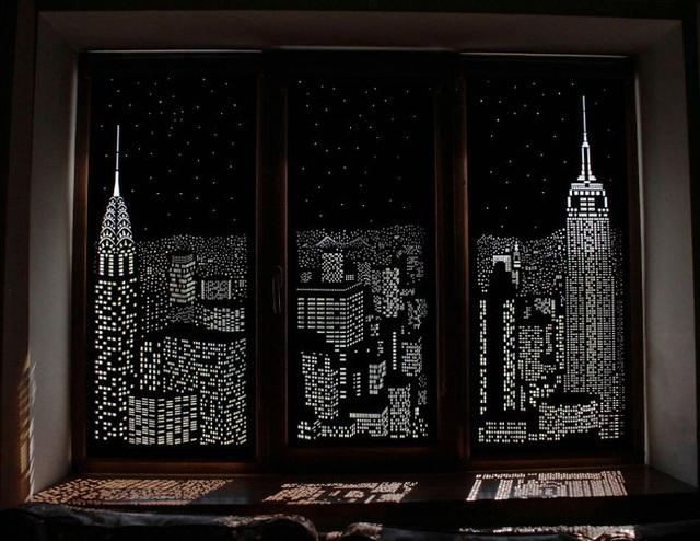 Rèm đục lỗ với thiết kế độc đáo như thể màu sắc của màn đêm đô thị.