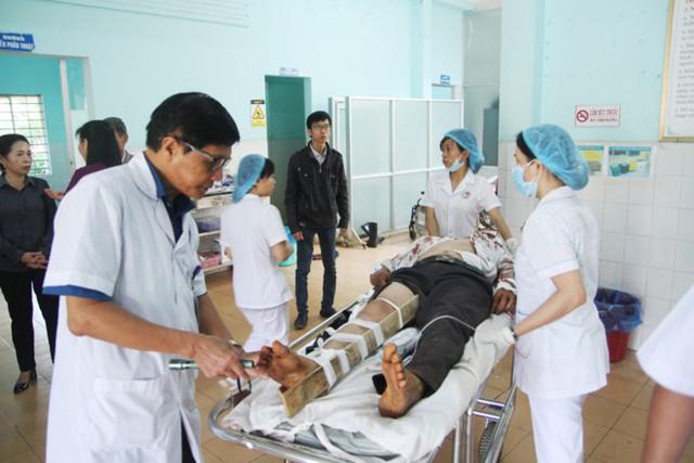 Bác sĩ Phạm Văn Lỹ, Trưởng khoa ngoại thần kinh - chấn thương chỉnh hình, Bệnh viện Đa khoa tỉnh Gia Lai đang khám cho bệnh nhân trong vụ tai nạn. Ảnh: Zing