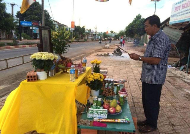 Người dân lập bàn thờ cúng vọng các nạn nhân tại nơi xảy ra tai nạn