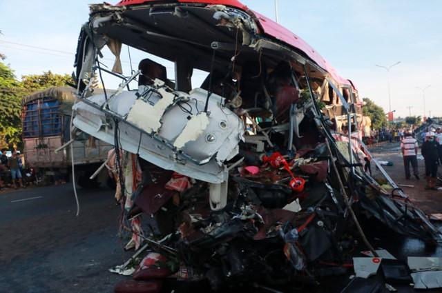 Phần đầu xe khách giường nằm do ông Vường cầm lái nát vụn. Chiếc xe tải do tài xế Võ Văn Quý cầm lái đã gây tai nạn khi chạy ngược chiều hơn 100 km/h đâm trực diện vào xe khách. Ảnh: Minh Nhật.