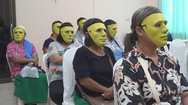 Những phụ nữ đeo mặt nạ chờ tới lượt xét nghiệm ở bệnh viện Nong Krot, Thái Lan.