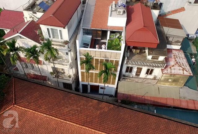 Ngôi nhà nổi bật với mặt tiền được trang trí bằng hệ lam tre.
