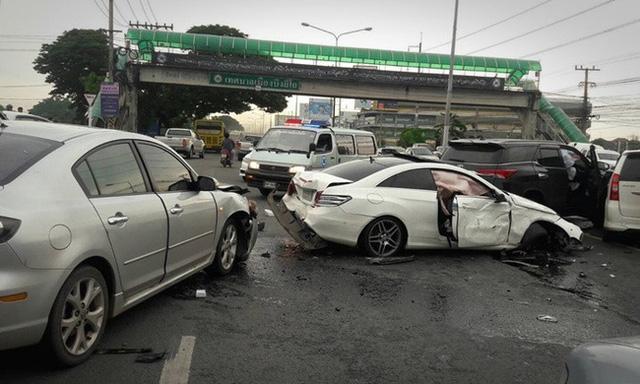 Nhiều chiếc xe bị thiệt hại theo sau cú va chạm giữa 2 xe ở trên.
