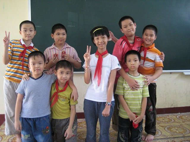 Hạnh Chi ngày còn học tiểu học (em mặc áo phông trắng). Ảnh: Gia đình cung cấp