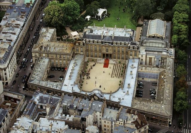 Cung điện Elysée được xây dựng năm 1718, thuộc sở hữu của một vị bá tước. Sau đó, Vua Louis XV mua lại làm nơi ở cho Nữ hầu tước Pompadour, người tình được sủng ái nhất của nhà vua.