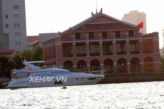 Không chỉ được biết là một trong những gia đình có khối tài sản khổng lồ tại Việt Nam, nhà chồng Tăng Thanh Hà còn là sở hữu một chiếc du thuyền mang tên Azimut 70 trị giá 4 triệu USD (khoảng hơn 90 tỷ đồng).