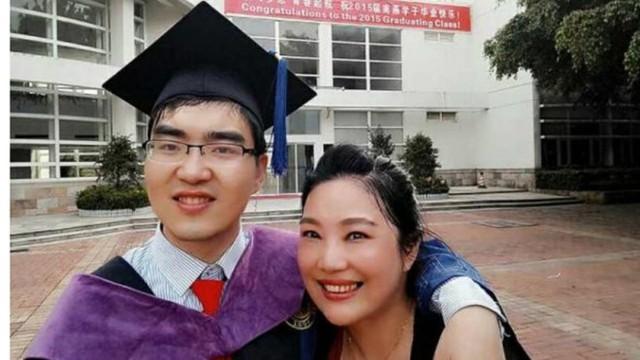 Bất chấp những trở ngại về mặt thể chất của con, bà Zou (phải) nhất quyết nuôi con thành người. Ảnh: SCMP.