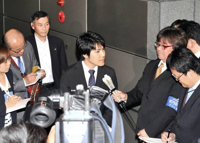 Kei Komuro, hôn phu của Công chúa Mako, trả lời các phóng viên ở Tokyo, Nhật Bản, ngày 15/5. Ảnh: Japan Times.