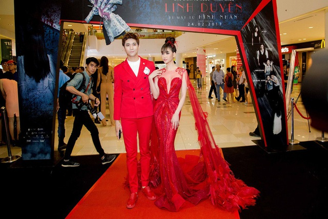Tim - Trương Quỳnh Anh là cặp đôi chăm diện thời trang ton-sur-ton nhất mỗi khi song hành trên thảm đỏ. Đặc biệt, cả hai rất chuộng màu đỏ. Chàng thì vest đỏ rực, nàng thì đầm đỏ chói lọi, cả hai rực sáng cả một góc trời!