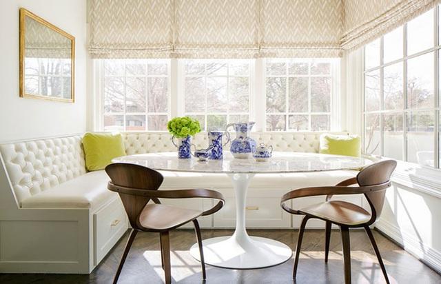 15. Một góc ăn khác, những tia nắng mặt trời chiếu lên chiếc ghế băng bọc nệm màu kem sẽ làm cho đây trở thành góc hoàn hảo để bắt đầu một ngày mới của bạn.