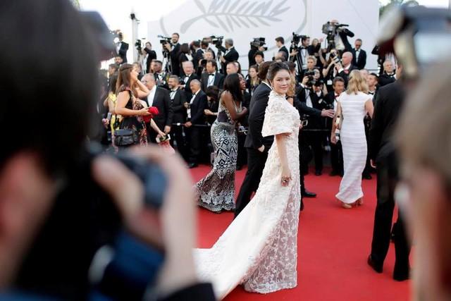 Tối 17/5 (theo giờ địa phương), lễ khai mạc LHP Cannes lần thứ 70 diễn ra tại thành phố biển miền nam nước Pháp. Lý Nhã Kỳ xuất hiện nổi bật trên thảm đỏ trong bộ trang phục trắng của thương hiệu Ashi.