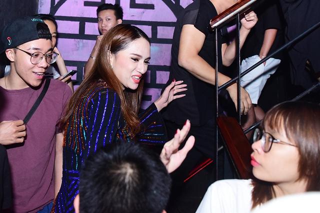 Sau scandal xúc phạm nghệ sĩ Trung Dân, Hương Giang Idol bay ra Hà Nội chạy show. Tối 17/5, cô xuất hiện tại một quán bar khi nhận lời biểu diễn cho một chương trình của cộng đồng LGBT.