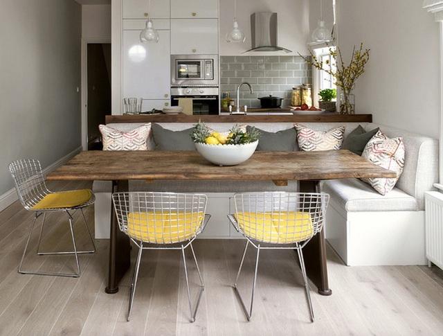1. Những phòng bếp nhỏ thường dễ dàng tạo cảm giác ấm cúng, nhưng việc thêm một chiếc ghế băng bọc nệm thay vì những chiếc ghế thông thường còn khiến phòng ăn của bạn có cảm giác ngọt ngào hơn.