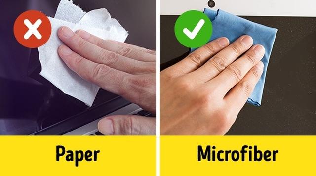 Phương pháp đúng đắn nhất là chỉ dùng một miếng vải sợi nhỏ để làm sạch màn hình! Loại vải này không có xơ vải và mềm đủ để không làm xước màn hình.