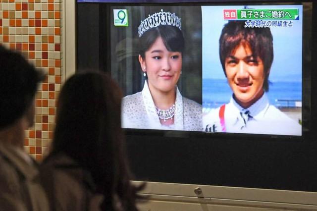 Một chiếc tivi trên đường phố ở Tokyo phát tin về lễ đính hôn của Công chúa Mako và Kei Komuro tối 16/5. Ảnh: Kyodo.