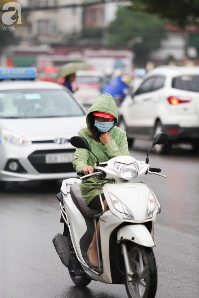 Người đi đường co ro trong cái lạnh vào giữa tháng 5 ở Hà Nội. Ảnh: Trí thức trẻ
