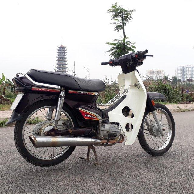 Rất nhiều cửa hàng xe máy cũ đang rao bán mẫu Dream được nhập khẩu nguyên chiếc từ Thái cách đây gần 30 năm, song, giá bán của chúng đang hỗn loạn.