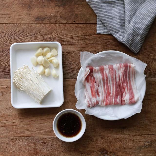 Cơm tối đậm đà ngon miệng với thịt ba chỉ cuộn nấm