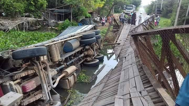 Image result for Xe chở quá tải làm sập cầu và lọt xuống kênh. Ảnh: Ái Loan.