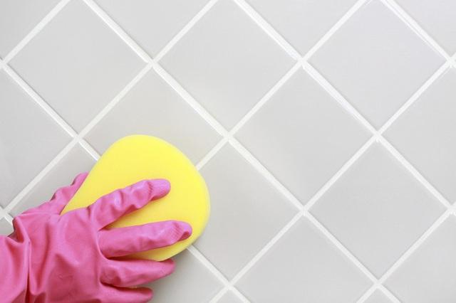Bạn cần đổ 15g axit xitric vào một chén nước ấm và lau sàn bằn hỗn hợp này. Sau đó dội lại sàn bằng nước sạch.