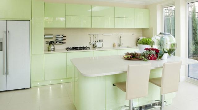 Căn bếp kết hợp màu bạc hà, xanh da trời và xanh lá
