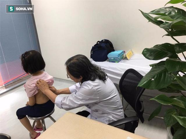 Bác sĩ Thục khám cho bệnh nhi