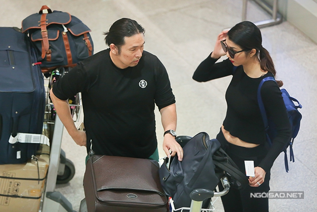 Vợ chồng Ngọc Quyên và bác sĩ Richard Le ăn mặc giản dị, đồng điệu khi xuất hiện tại sân bay.