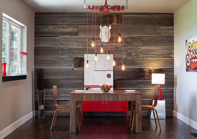 Phòng ăn hiện đại công nghiệp đáng kinh ngạc với chút màu đỏ và bức tường gỗ tái chế