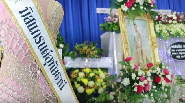 Người thân nắm chặt tay hoa hậu 19 tuổi Thái Lan trước giờ hỏa táng