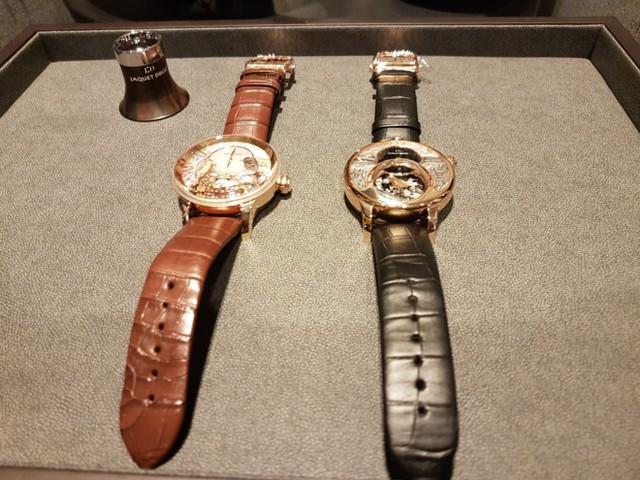 Hai chiếc đồng hồ được làm chủ yếu bằng vàng ròng với giá trị lên tới 24 tỷ đồng. Ảnh: Quang Thắng.  Theo các chuyên gia, chiếc đồng hồ Tổ Chim – The Bird Repeater được xếp vào hàng siêu phức tạp của đồng hồ cao cấp. Ngoài việc các chi tiết trang trí và khối động cơ bên trong được làm bằng vàng hồng nguyên chất, chúng còn được làm 100% thủ công với hàng trăm chi tiết trang trí. Mỗi khi chiếc đồng hồ này điểm chuông, cỗ máy cơ học bên trong sẽ giúp những chú chim trên mặt đồng hồ chuyển động.  Chiếc đồng hồ Tổ Chim xuất hiện lần đầu tiên vào năm 2013. Hiện trên thế giới chỉ có 8 chiếc phiên bản nạm kim cương trên tổng số 16 chiếc đồng hồ Tổ Chim tồn tại. Trong đó phiên bản được làm bằng vàng hồng 18k có giá trị lên tới 13 tỷ đồng; đối với phiên bản vàng trắng 18k nạm kim cương giá của nó lên tới 17 tỷ đồng.     Trên thế giới chỉ có 8 chiếc đồng hồ Tổ Chim tương tự, được đánh số từ 1/8 đến 8/8. Ảnh: Quang Thắng.   Trong khi đó, chiếc đồng hồ Chim Hót – The Charming Bird được xem là chiếc đồng hồ cơ học đầu tiên có thể phát ra âm thanh giống như tiếng chim hót.  Các chuyên gia cũng cho rằng để đưa một cỗ máy cơ học có thể phát ra âm thanh như tiếng chim hót vào một chiếc đồng hồ đeo tay là điều vô cùng khó.  Theo đó, để phát ra được những âm thanh như tiếng chim hót, chiếc đồng hồ này được trang bị một loạt pitong và còi, có thể tái tạo những giả âm hoàn hảo nhất của tiếng chim hót với kích thước siêu nhỏ. Thậm chí chúng có thể đưa vào hộp thuốc lá, chai rượu hoặc súng ngắn, từ đó giúp nó có thể phát ra âm thanh tựa như tiếng chim hót.  Chiếc đồng hồ Chim Hót được sản xuất vào năm 2014, với phần vỏ, các chi tiết trang trí và động cơ được làm 100% bằng vàng đỏ 18k và vàng trắng 18k. Trên thế giới hiện chỉ có 28 chiếc đồng hồ Chim Hót, với giá trị mỗi chiếc lên tới 11 tỷ đồng.     Chiếc đồng hồ Chim Hót có thể phát ra âm thanh như tiếng chim hót với giá lên tới 11 tỷ đồng. Ảnh: Quang Thắng.   Được biết, cả hai chiếc đồng hồ trên được sản xuất bởi một hãng đồng hồ gần 300
