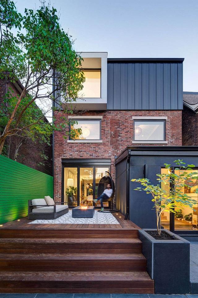 Đây là cái nhìn từ bên ngoài của ngôi nhà. Các bức tường được làm bằng gạch nung đỏ. Ngoài ra, ngôi nhà còn có một hiên với bếp sưởi, ghế sopha cùng một khoảng sân nhỏ.