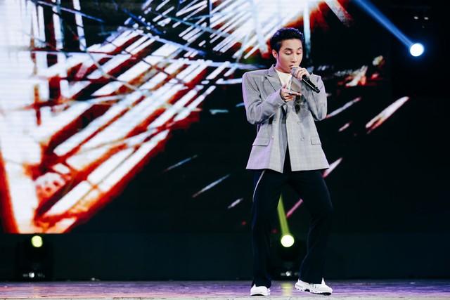 Tối 16/6 tại nhà hát Hòa Bình (TP.HCM), đêm nhạc Summer Fest được diễn ra với sự tham gia của nhiều ca sĩ được khán giả trẻ yêu thích. Xuất hiện cuối đêm nhạc là cái tên được hơn 3.000 khán giả reo hò, Sơn Tùng M-TP.    Không hổ danh là một trong những ca sĩ có sức ảnh hưởng nhiều nhất tại Vpop hiện tại, các phần trình diễn của nam ca sĩ Thái Bình đều khiến người hâm mộ thuộc lòng hát theo, kể cả với fan của các nghệ sĩ khác.      Mở màn là Lạc trôi và kế tiếp là hai bài hit Chúng ta không thuộc về nhau, Nơi này có anh, Sơn Tùng khiến không gian nhà hát chìm ngập trong tiếng hát, la hét gọi tên cùng những tràng pháo tay.      Ngoài âm nhạc, Sơn Tùng còn luôn gây thích thú từ phong cách ăn mặc khá phóng khoáng, không giống ai. Lần này, anh chàng chọn set đồ được nhận xét là mang dáng dấp của ông ngoại với áo vest ngoại khổ màu xám, quần ống loe màu đen. Đặc biệt, áo vest với phần vai nhô cao gợi nhắc đến trang phục từng gây tranh cãi của Tóc Tiên khi cô mặc đi quay hình The Voice.      Không chỉ hát, Sơn Tùng còn liên tục giao lưu với khán giả có mặt theo dõi trực tiếp cũng như với hàng chục nghìn người xem qua hệ thống livestream. Đầu tháng 7, nam ca sĩ tổ chức họp fan hoành tráng tại Hà Nội. Ê-kíp anh vừa tiết lộ đã mời đạo diễn Việt Tú dàn dựng sự kiện này.      Ngoài Sơn Tùng M-TP, đêm nhạc còn có sự tham gia của các ca sĩ trẻ khác. Ba cô gái nhóm Lime nhí nhảnh trong ca khúc Babyboo.      Lou Hoàng thể hiện bài hit của chính mình Mình là gì của nhau và ca khúc được chú ý thời gian qua Em chưa 18.      Ngoài Trái tim nhân mã quá quen thuộc, Thanh Duy còn gây bất ngờ khi hát lại bài hit một thời của nhóm The Bells, Mây và núi.      Gil Lê vừa hát vừa thể hiện vũ đạo qua Shake It Up, ca khúc được cô giới thiệu một thời gian và được khán giả yêu thích.      Tronie Ngô thể hiện cá tính âm nhạc độc đáo qua Vì một người phiên bản EDM và Chạm tay vào không gian.      3 anh chàng The Wings xuất thân từ X Factor hát Vì tôi còn sống.      Ngoài vai trò MC, Ngô Kiến Huy cũn