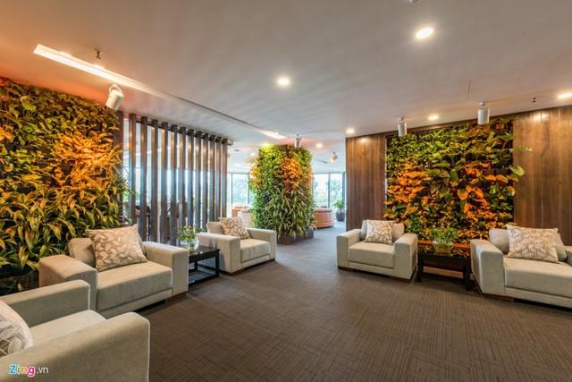 Được cải tạo từ một mặt bằng có sẵn phổ biến theo kết cấu của các tòa nhà văn phòng hiện nay, kiến trúc sư đã cải tạo không gian theo phong cách riêng nhưng không làm ảnh hưởng đến hệ thống kỹ thuật chung.    Điểm đặc biệt của văn phòng là hàng nghìn cây xanh được trồng tại nhiều không gian khác nhau. Từ phòng tiền sảnh, các mảng tường đến các dãy hành lang. Các dãy hành lang được thiết kế với tỷ lệ kính lớn thay thế cho tường thạch cao truyền thống.      Ngoài ra, việc làm tường bằng gỗ, kính và cây xanh tạo không gian nhẹ nhàng, thoải mái. Toàn bộ vách thoáng còn góp phần đưa không khí, ánh sáng vào sâu nhất trong văn phòng.      Các loại cây được trồng rất đa dạng như vạn niên thanh, chanh leo, thậm chí là mồng tơi, ớt, tía tô... Văn phòng tạo cho người làm việc cảm thấy như một khu vườn gần gũi.      Nội thất văn phòng cũng được thiết kế riêng hài hòa với phong cách đơn giản, tự nhiên, hạn chế sử dụng mảng khối lớn gây cảm giác nặng nề.      Nội thất và cây xanh hài hòa được cân đối hợp lý với phong cách văn phòng mở. Nghĩa là không gian làm việc của nhân viên không bị giới hạn. Mọi người có thể trao đổi, tương tác dễ dàng trong quá trình làm việc.      Hàng nghìn cây, được chăm sóc bằng hệ thống tưới nước tự động và hệ thống đèn tạo ánh sáng giúp cây có đủ điều kiện phát triển.      Phòng thư giãn, nghỉ ngơi của nhân viên tràn ngập ánh nắng nhưng hài hòa với cây xanh. Nội thất và cây xanh vẫn tạo cảm giác sang trọng cho không gian.      Với lối thiết kế độc đáo, văn phòng này vừa nhận giải thưởng Kiến trúc Văn phòng ấn tượng trong cuộc thi Bất động sản International Property Awards 2017.