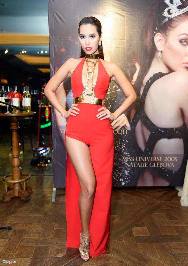 Hà Anh sexy hết cỡ bên Hoa hậu Hoàn Vũ 2005