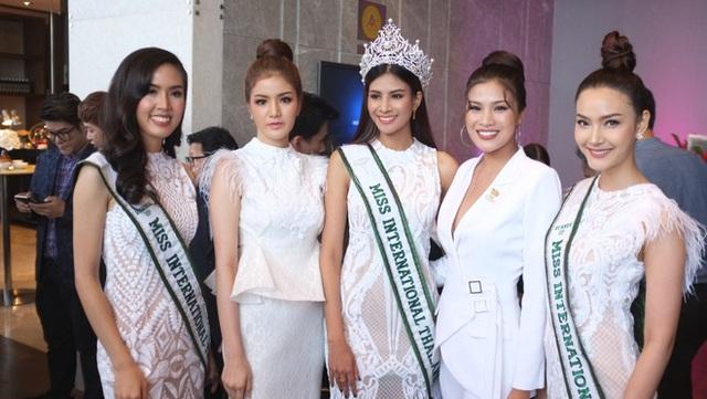 Nguyễn Thị Thành đã có mặt tại Bangkok - Thái Lan để tham dự buổi ra mắt công ty ERM Thái Lan, một trong những tập đoàn sắc đẹp tổ chức nhiều cuộc thi trên thế giới.
