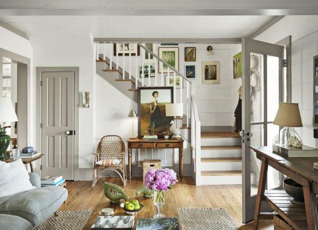 Ngôi nhà được sử dụng màu sắc chủ đạo là xám vintage hiện diện trên cửa, ghế ngồi, cầu thang, thảm trải sàn… Cùng với đó là vô số đồ trang trí theo phong cách vintage tạo chủ đề cho ngôi nhà.