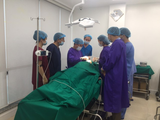 TS Nguyễn Huy Thọ trong một ca phẫu thuật. Ảnh: T.H.