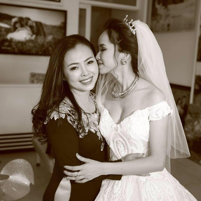 Người mẹ trẻ xinh chụp ảnh cùng con gái trong ngày cưới...