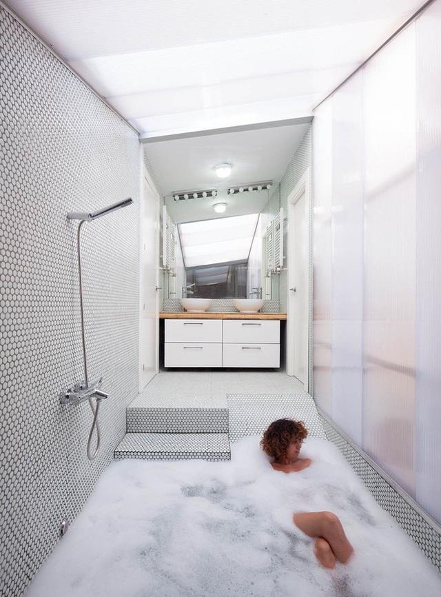House of Would được thiết kế bởi kiến trúc sư Elii đem đến một cấu trúc thích ứng với trang web, có tính năng cho phép nó được mô đun và cung cấp các mức độ bảo mật khác nhau tại từng khu vực. Thiết kế này giúp ngôi nhà tiếp xúc gần gũi với thiên nhiên nói chung. Một trong những đặc điểm làm nổi bật yếu tố này chính là sự xuất hiện của bồn tắm chìm.