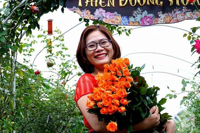 Chủ nhân của vườn hồng rực rỡ, chị Thu Hằng.